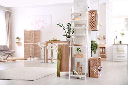 Interni moderni in stile eco con casse di legno e scaffali