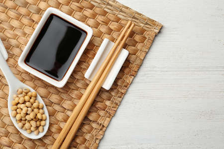 Dish of soy sauce served on wooden table, flat lay. Space for text Banque d'images