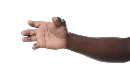 Uomo afroamericano che tiene qualcosa in mano su sfondo bianco, primo piano Archivio Fotografico