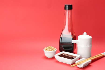 Vaisselle avec sauce soja et haricots sur fond de couleur. Espace pour le texte