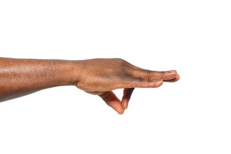 Afroamerikanischer Mann, der etwas in der Hand auf weißem Hintergrund hält, Nahaufnahme