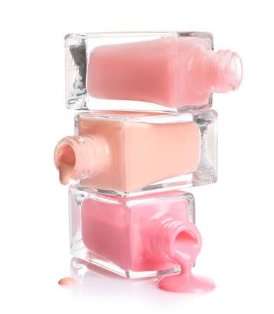 Rozlane różne lakiery do paznokci z butelkami na białym tle Zdjęcie Seryjne