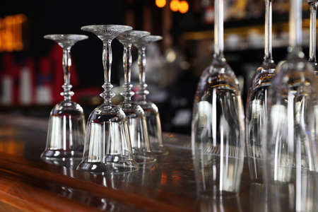 Różne puste czyste szklanki na ladzie w barze