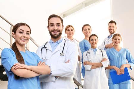 Grupo de médicos en la clínica. Concepto de unidad