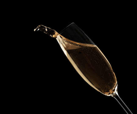 Glass of fizzy champagne on black background, closeup Imagens