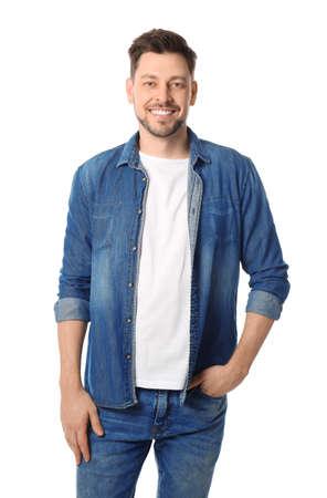 Retrato de hombre guapo posando sobre fondo blanco.