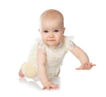 Lindo bebé gateando sobre fondo blanco.