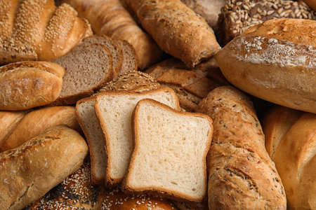 Diferentes tipos de pan fresco como fondo, primer plano