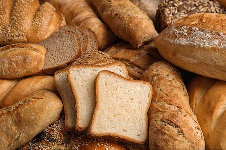 Différentes sortes de pain frais comme toile de fond, gros plan