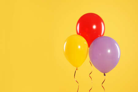 Bright balloons on color background, space for text. Celebration time Banque d'images - 123098037