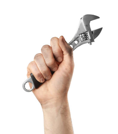 Mann mit verstellbarem Schraubenschlüssel isoliert auf weiss, Nahaufnahme. Klempnerwerkzeuge