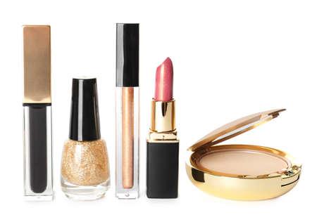 Conjunto de productos de maquillaje de lujo sobre fondo blanco.