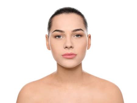 Ritratto di giovane donna con bel viso e trucco naturale su sfondo bianco