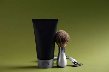 Set of shaving equipment and men's cosmetic product on color background Banque d'images