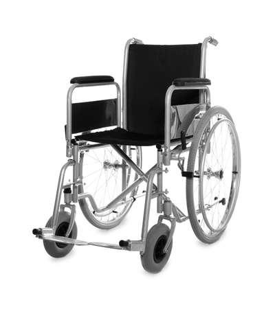 Nueva silla de ruedas vacía moderna sobre fondo blanco.