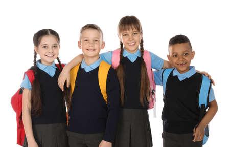 Retrato de niños lindos en uniforme escolar sobre fondo blanco.