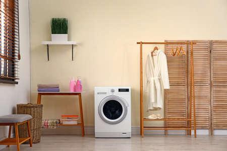 Interior de la sala de lavandería con lavadora moderna