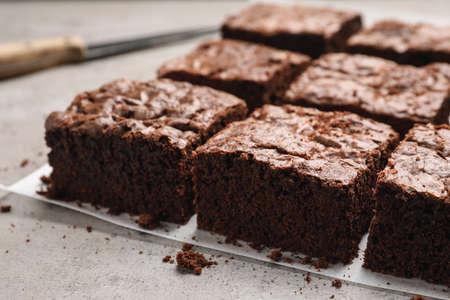 Frische Brownies auf dem Tisch. Leckerer Schokokuchen