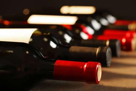 Botellas de diferentes vinos, primer plano. Colección cara