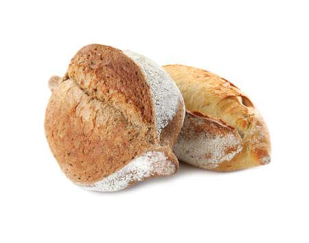 Hogazas de pan fresco aislado sobre fondo blanco.