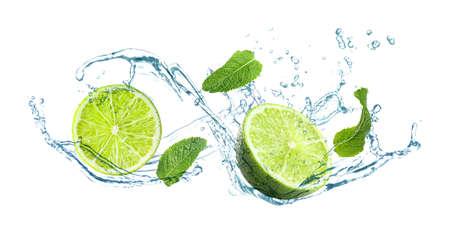 Fette di lime succoso, menta fresca e spruzzi di acqua fredda su sfondo bianco