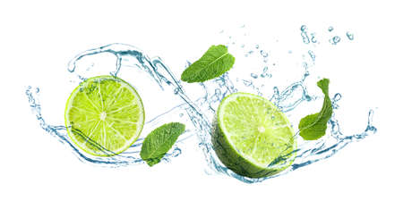 Plakjes sappige limoen, verse munt en spattend koud water op witte achtergrond