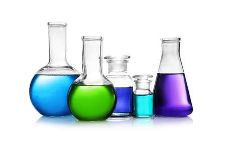 Set van verschillende lab glaswerk met kleur vloeistof geïsoleerd op wit Stockfoto