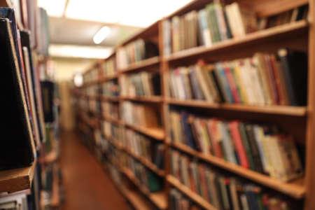 Vista borrosa de armarios con libros en la biblioteca