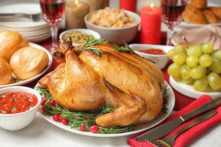 Dîner de fête traditionnel avec une délicieuse dinde rôtie servie sur table