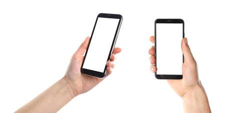 Stellen Sie mit den Leuten ein, die Smartphones auf weißem Hintergrund, Nahaufnahme der Hände halten. Platz für Text Standard-Bild