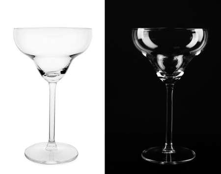 Puste szklanki na białym i czarnym tle
