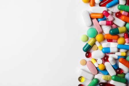 Différentes pilules sur fond blanc, vue de dessus Banque d'images