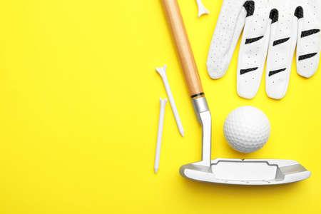 Satz Golfausrüstung auf farbigem Hintergrund, flach. Platz für Text Standard-Bild