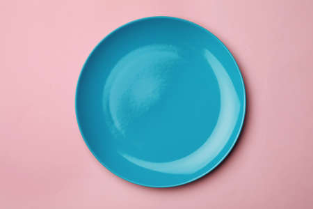 Clean empty plate on color background, top view Standard-Bild - 124983929