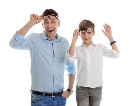Porträt des emotionalen Vaters und seines Sohns lokalisiert auf weißem Hintergrund Standard-Bild