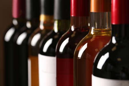 Botellas de diferentes vinos, primer plano. Colección cara Foto de archivo