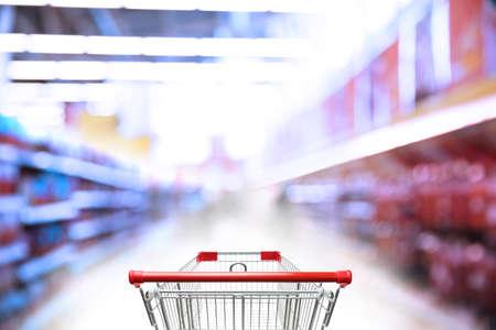 Verschwommene Sicht auf Supermarkt und leeren Einkaufskorb