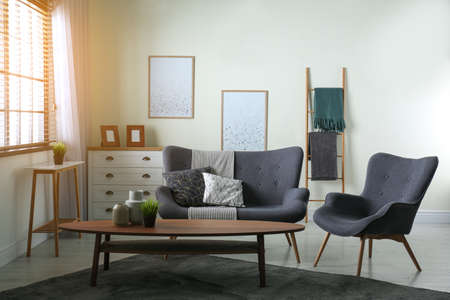 Intérieur de salon contemporain avec canapé confortable