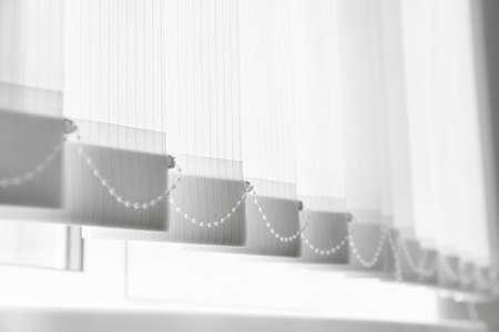 Acercamiento de la ventana con persianas verticales, ángulo bajo