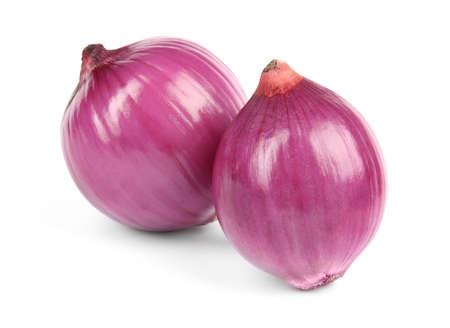 Frische ganze rote Zwiebeln auf weißem Hintergrund Standard-Bild