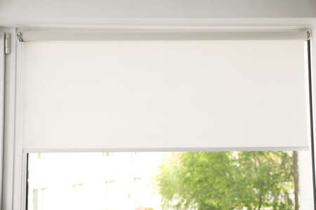 Fenster mit modernen Rollos im Zimmer, Nahaufnahme Standard-Bild