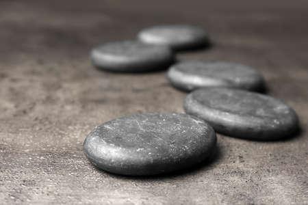 Badekurortsteine auf grauem Hintergrund. Platz für Text