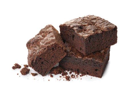 Pezzi di brownie fresco su sfondo bianco. Deliziosa torta al cioccolato
