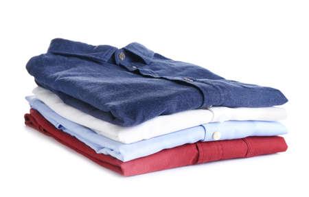 Haufen gebügelter Kleidung isoliert auf weiss Standard-Bild