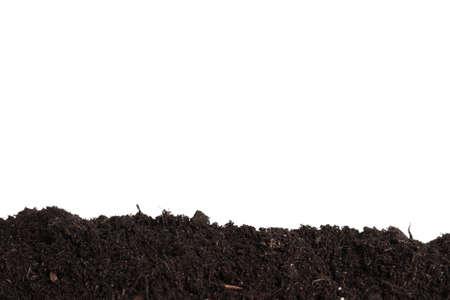 Capa de suelo fresco aislado en blanco. Tiempo de jardinería
