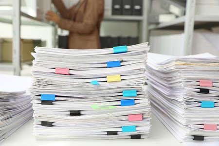 Pile di documenti con graffette sulla scrivania dell'ufficio