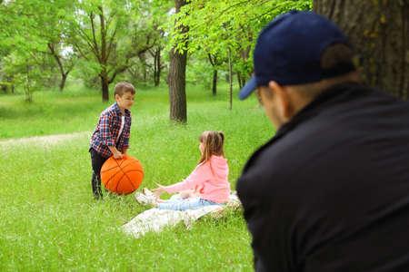 Hombre adulto sospechoso espiando a niños en el parque. Niño en peligro