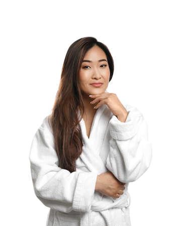 Porträt der schönen asiatischen Frau im Bademantel getrennt auf Weiß. Spa-Behandlung Standard-Bild