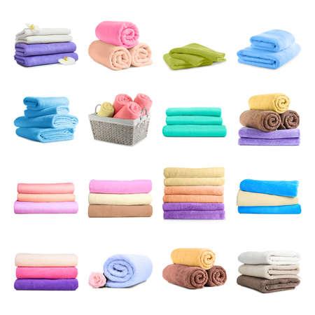 Conjunto de diferentes toallas de felpa suave sobre fondo blanco.