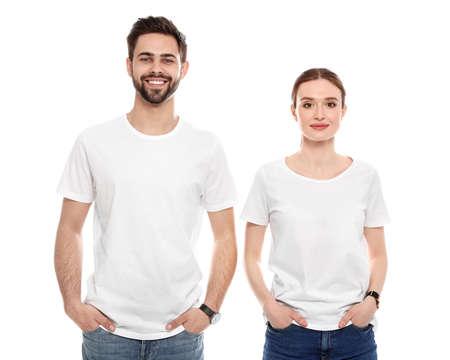 Les jeunes en t-shirts sur fond blanc. Maquette pour la conception